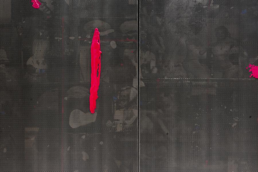 Nicolás Franco, Beautiful Ruins, 2019, pintura acrílica, acrílico modificado, malla de aluminio, tinta de pigmentos, resina acrílica, tinta offset UV, silicona y planchas de aluminio offset montadas sobre paneles de madera de pino, 260 x 373 x 5.5 cm. Cortesía del artista