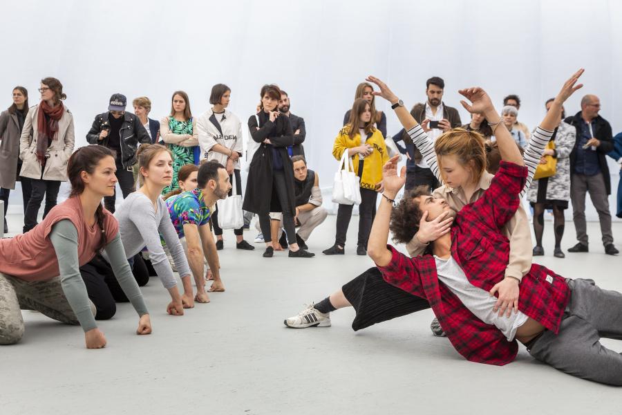 "Aggregate, performance de Alexandra Pirici, sección ""Messeplatz"", curada por Cecilia Alemani. Foto cortesía de Art Basel"