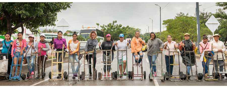 Teresa Margolles, Carretilleras sobre el puente internacional Simón Bolívar, 2018, fotografía a color (registro de acción). Cortesía de la artista, Galerie Peter Kilchmann y Galerie mor charpentier
