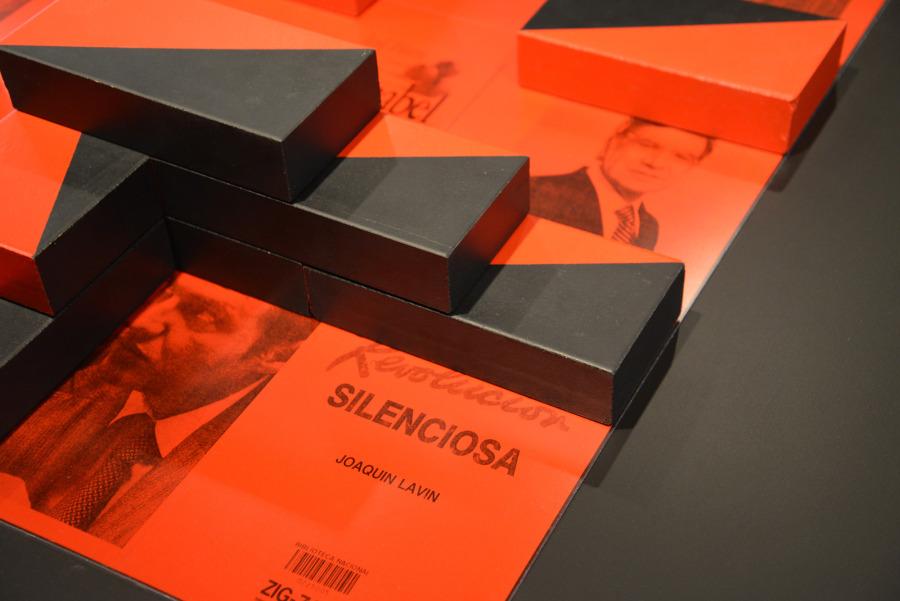 """Patrick Hamilton, The chicago boy's project (""""El ladrillo""""), 2018-19. Instalación con archivos de imágenes que documentan la implantación del modelo neoliberal en Chile. Fotocopias, fotografía tipo-c, metacrilato, ladrillos refractarios, pintura acrílica, tableros MDF y base metálica. 10 módulos fotográficos de 89 x 84 cm. cada uno. Medida total de la instalación 0.82 x 6.10 x 1.22 metros. Cortesía del artista"""
