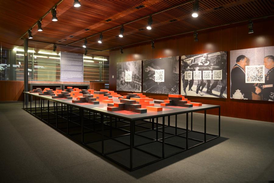 """Vista de la exposición """"Tiempos incompletos: Chile, primer laboratorio neoliberal"""", Museo Nacional Centro de Arte Reina Sofía, Madrid, 2019. Cortesía de los artistas y MNCARS"""
