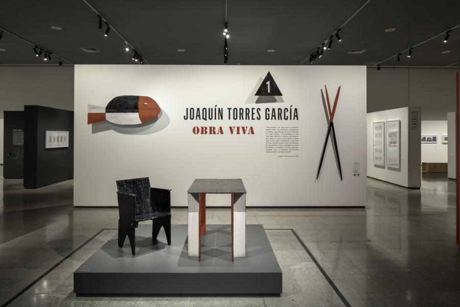 """Vista de la exposición """"Obra viva"""", de Joaquín Torres García, en el Centro Cultural La Moneda, Santiago de Chile, 2019. Foto: © Aryeh Kornfeld K."""