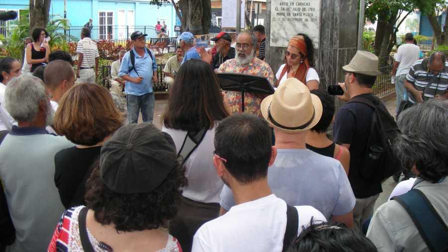 Carlos Sánchez Torrealba y Mariela Suárez del Taller Experimental de Teatro leen el manifiesto Ciudad Completa. La Palomera, Baruta, 2019