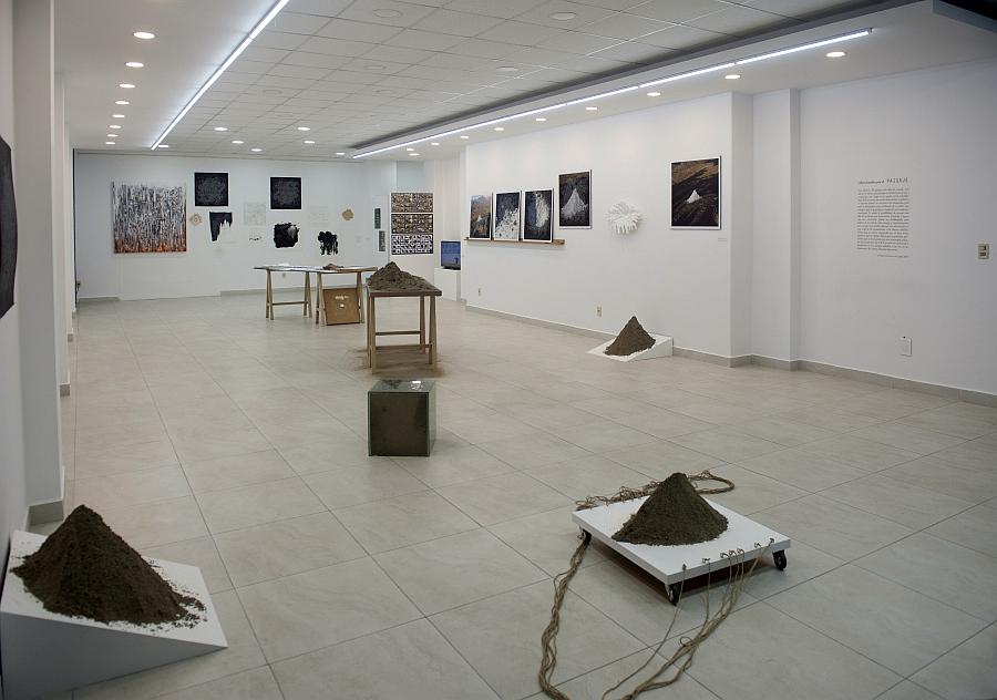 """Vista de la exposición """"Obsesionados por el Paisaje"""", de Santiago Contreras, en galería de arte Puro, La Paz, Bolivia. Cortesía del artista"""