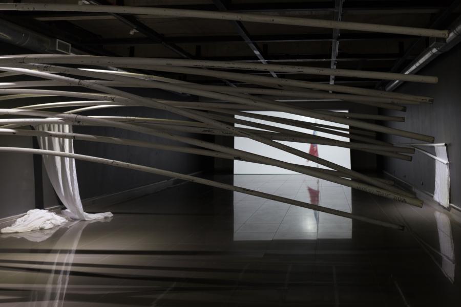 Miguel Braceli, Enterrar Las Banderas en el mar. Vista de la exposición en la sala de la Fundación Minera Escondida, Antofagasta, Chile, 2019. Parte de SACO Festival de Arte Contemporáneo. Foto cortesía del artista