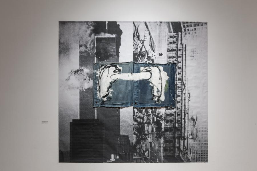Julia San Martín, White Power (Septiembre 11, 1973-2001), 2017, látex sobre mezclilla, fotografía mural, 199 x 200 cm. Cortesía de la artista. Foto: Jorge Brantmayer