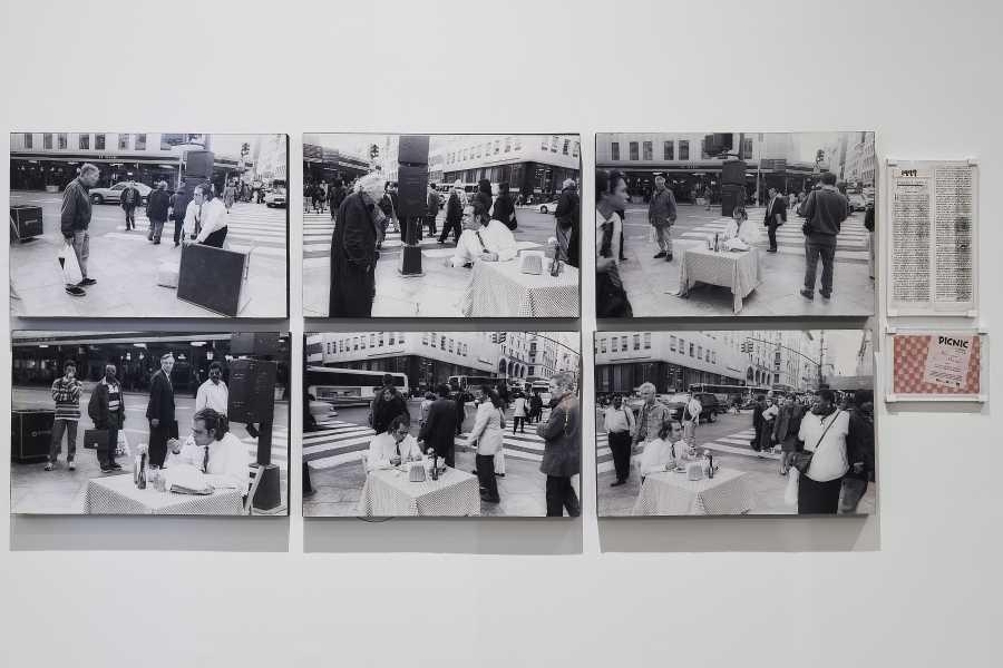 """Pedro Linger (registro de la acción), Pancho López en Picnic, 1998. Cortesía de Pacho López. Vista de la exposición """"Arte acción en México. Registros y residuos"""", en el MUAC/UNAM, Ciudad de México, 2019. Cortesía: MUAC"""