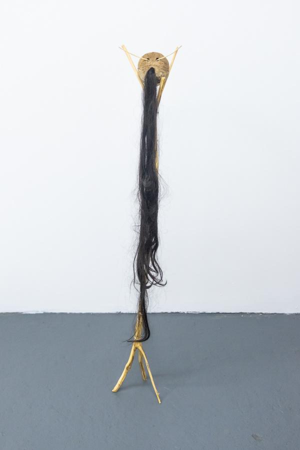 Michael Linares, 3er trabajo, 2019, coco, pelo, roble nativo, piedra de río, alambre. Cortesía del artista y Km 0.2