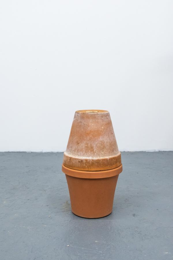 Michael Linares, 19mo trabajo, 2019, barro, plástico ,chile rojo, porcelana, fécula de maíz, pega blanca. Cortesía del artista y Km 0.2