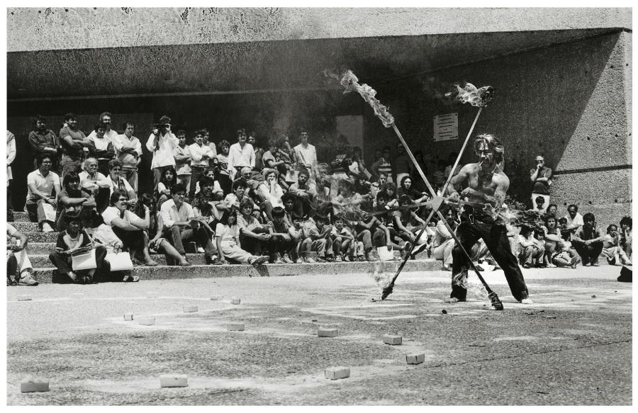 Armando Cristeto (Registro de la acción) [Marcos Kurtycz en Ritual Agreste], Explanada del Museo Tamayo, 1987. Fondo Armando Cristeto. Centro de Documentación Arkheia, MUAC, UNAM