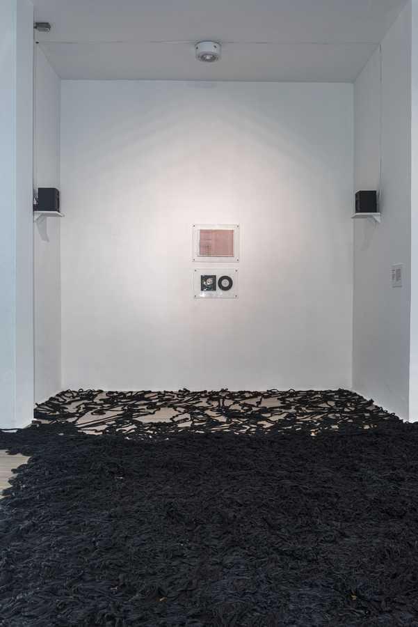 """""""Mebs/Caraxia"""", de Cildo Meireles. Vista de la exposición """"Cerca de lejos"""" en el Centro Nacional de Arte de Cerrillos, Santiago de Chile, 2019. Foto: Jorge Brantmayer"""