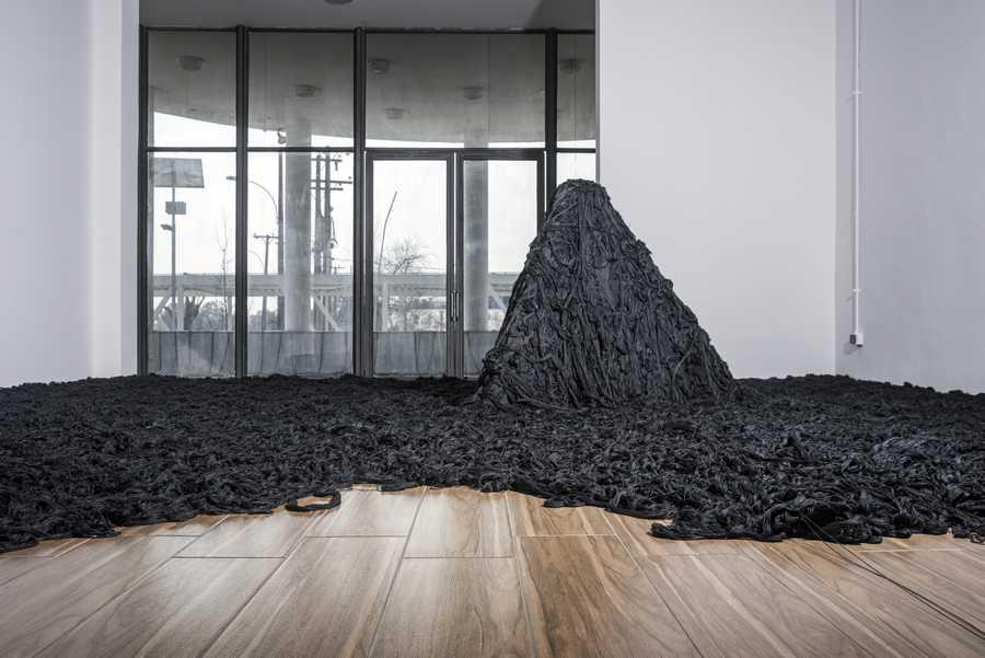 """""""La Bruja"""", de Cildo Meireles. Vista de la exposición """"Cerca de lejos"""" en el Centro Nacional de Arte de Cerrillos, Santiago de Chile, 2019. Foto: Jorge Brantmayer"""