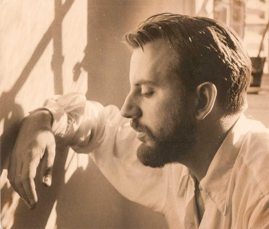Ilse Fusková, Retrato del artista Alberto Greco, 1957, fotografía blanco y negro sepiada, 35 mm., 20,3 x 23,4 cm. Cortesía: Walden Gallery, Buenos Aires