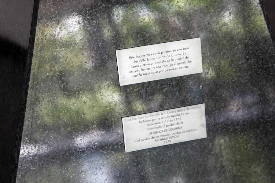 Santiago Reyes Villaveces, Libra, 2019. Piedra Lunar de la Buena Voluntad Apollo 17 Colombia, granito, acero, dibujo de la Piedra Lunar Apollo 17 Colombia y piedra de carbón mineral, 500 cm x 200 cm x 100 cm. Cortesía del artista