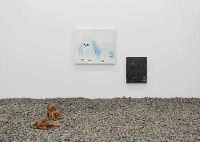 """Obras de Abdul Vas (pinturas al fondo) y Claudia Martínez Garay (al frente) Vista de la exposición """"Pach Pan"""", DiabloRosso, Ciudad de Panamá, 2019. Foto cortesía de la galería"""