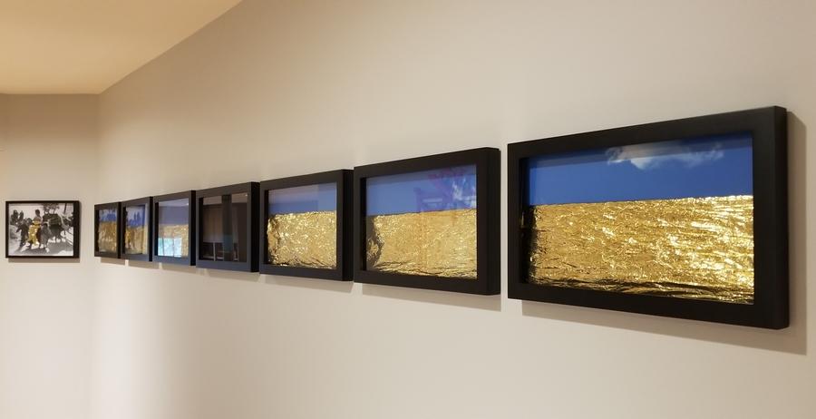 """Dignity, de Santiago Vélez. Vista de la exposición """"Estéticas migratorias"""", en la galería de la George Mason University, Washington D.C, 2019. Cortesía: RoFA Projects"""