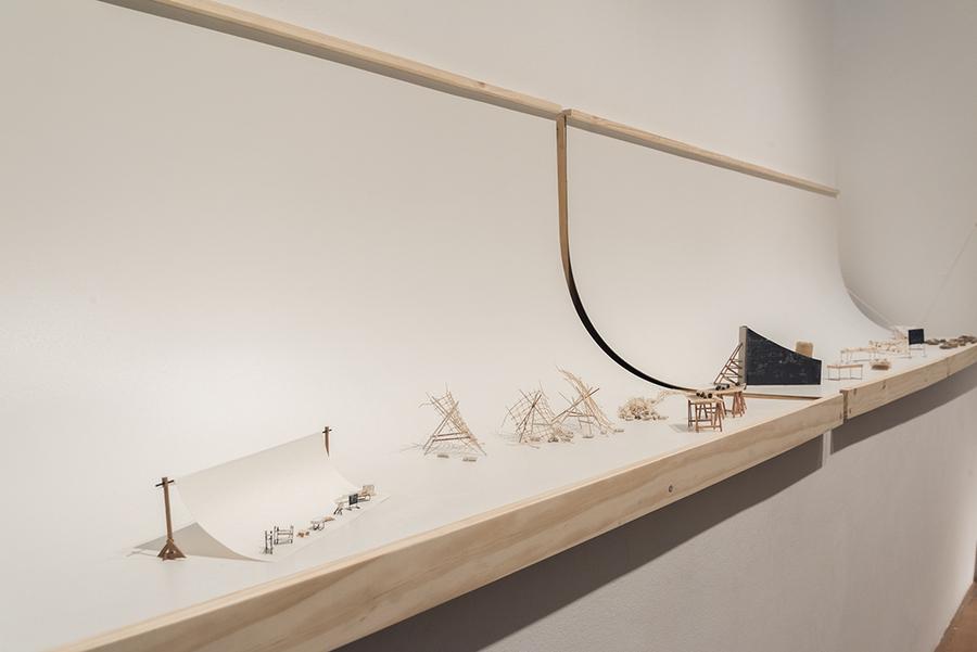 """""""La sala de las Miniaturas"""" (detalle). Vista de la exposición """"Humus"""", de Paula de Solminihac, en el Museo de Artes Visuales (MAVI), Santiago de Chile, 2019. Foto: Jorge Brantmayer"""