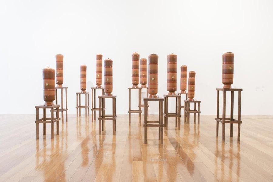 "Os Filtros (1999). Vista de la exposición ""Marepe: extrañamente común"", en Pina Estação, São Paulo, 2019. Foto: Levi Fanan / Pinacoteca"