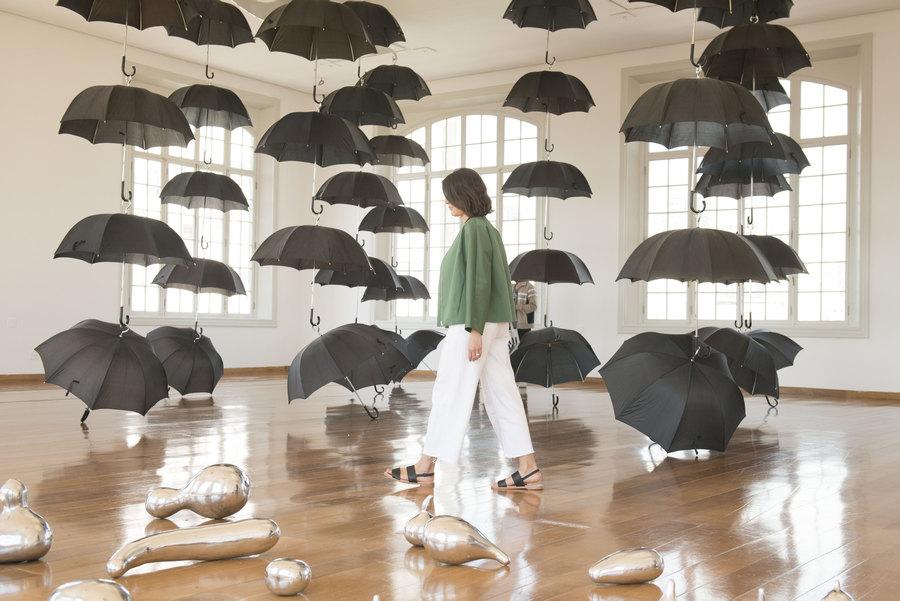 """Vista de la exposición """"Marepe: extrañamente común"""", en Pina Estação, São Paulo, 2019. Foto: Levi Fanan / Pinacoteca"""