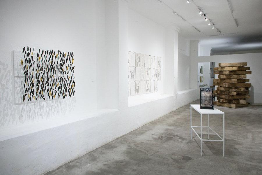 """Vista de la exposición """"Piedemonte"""", de Diego Ledesma García, en No Lugar, Quito, Ecuador, 2019. Foto cortesía de No Lugar"""