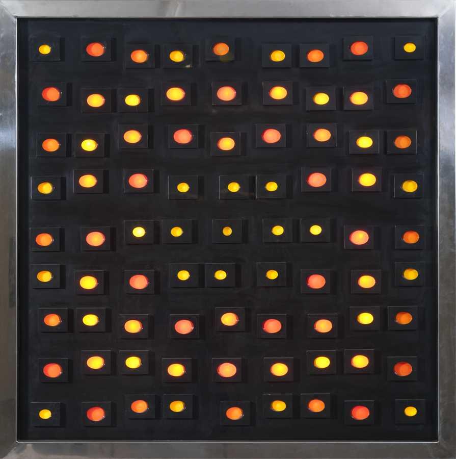 Matilde Pérez, S/T, 1985, escultura cinética en acrílico negro con iluminación electrónica secuenciada y marco de acero inoxidable (obra única), 157 x 156 x 11.5 cm. Colección Familia Matilde Pérez. Foto: Jorge Brantmayer