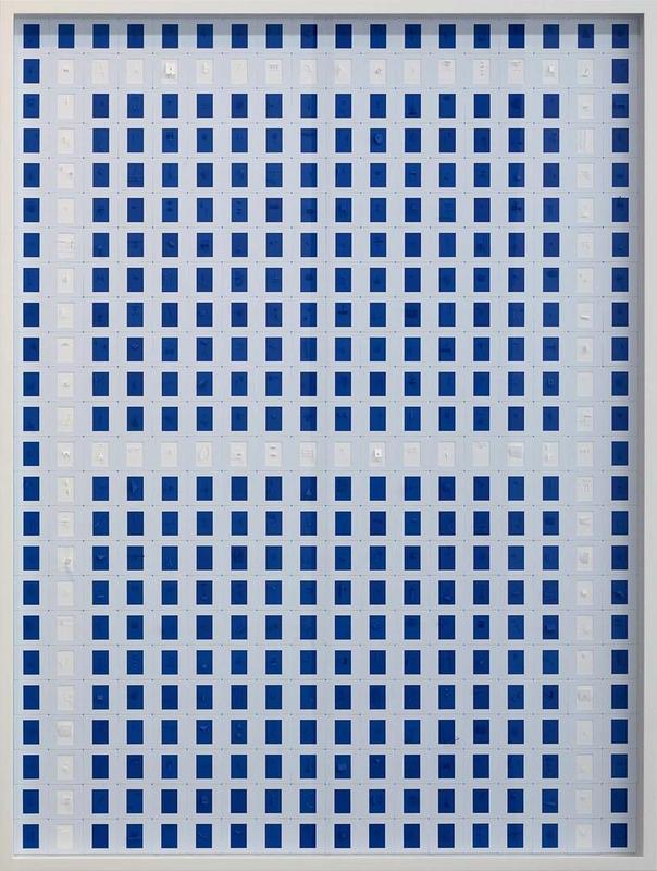 """Marco Maggi, """"A"""", 2019, cortes y plegados en 432 papeles de 35 mm, 120 x 90 cm. Cortesía: Galería Cayón, Madrid"""