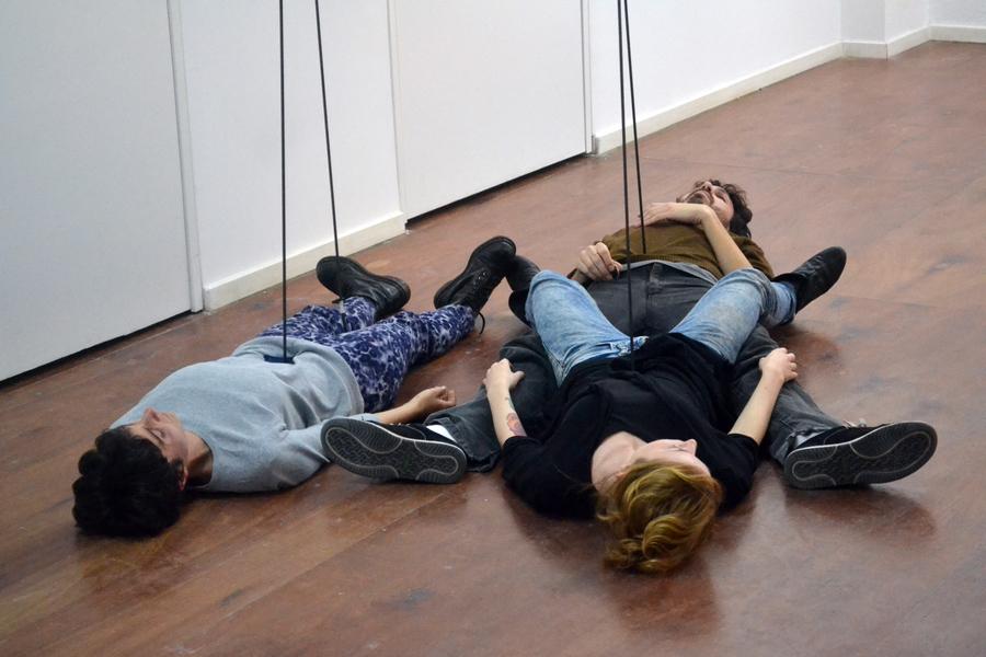 Osías Yanov, Dinámica de Encaje, registro de performance en Nora Fisch, Buenos Aires, 2019. Foto cortesía de la galería