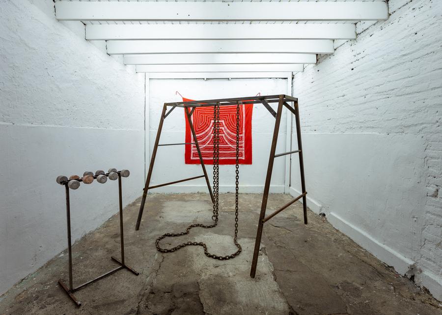 """Vista de la exposición """"Cabrón"""", de Nicolás Astorga, en Sagrada Mercancía, Santiago de Chile, 2019. Foto: Felipe Ugalde"""