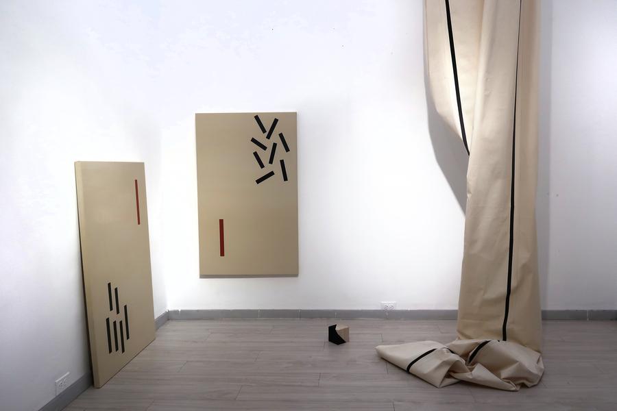 """María Fernanda Carlos. Vista de la exposición """"El cubo líquido"""", en Galería Jacob Karpio, Bogotá, 2019. Foto cortesía de la galería."""