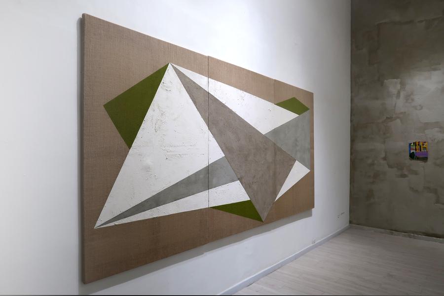 """A la izq: Federico Ovalles-Ar. A la der: Ivelisse Jiménez. Vista de la exposición """"El cubo líquido"""", en Galería Jacob Karpio, Bogotá, 2019. Foto cortesía de la galería."""