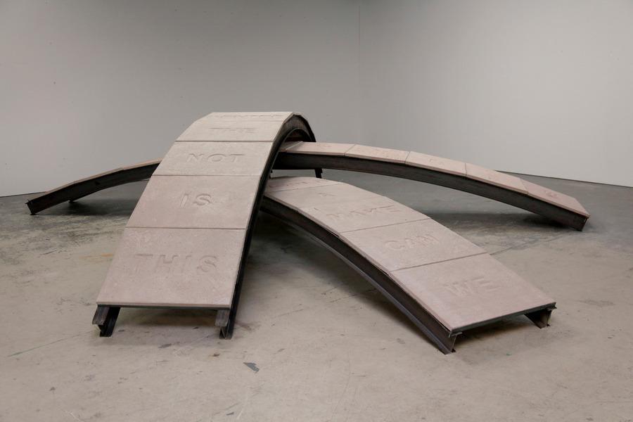 """Iván Argote, """"Bridges: We're all others"""", acero, madera y concreto. Cortesía del artista"""