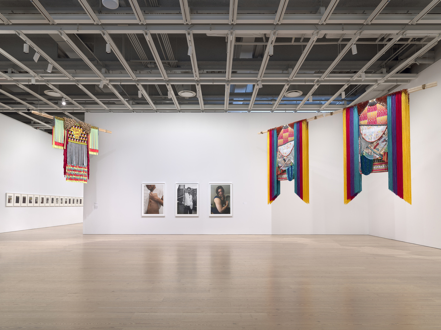 Jeffrey Gibson, People like us, 2019. Vista de la Bienal del Whitney, Nueva York, 2019. Foto: Ron Amstutz