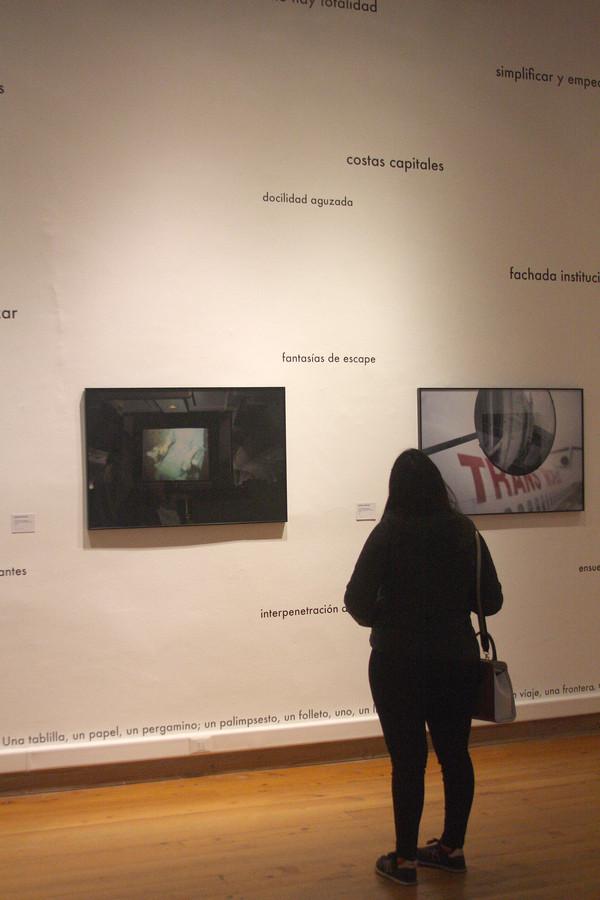 """Obra de Cristóbal Cea. Vista de la exposición """"Si tú vivieras aquí"""", de Martha Rosler, en el Museo de Arte Contemporáneo (MAC), Santiago de Chile, 2019. Foto: Pablo Troncoso"""