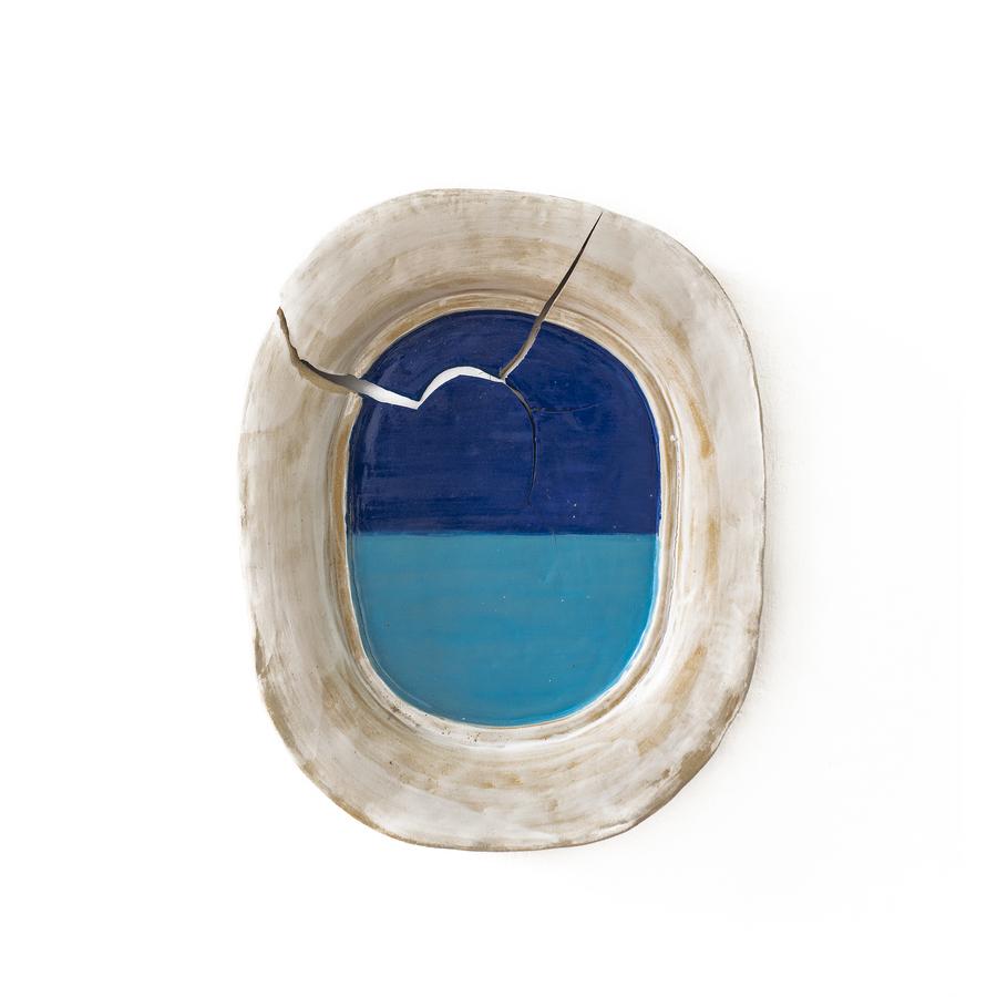 CJ Chueca, Los días fugitivos I, 2019, esmalte sobre cerámica moldeada, 47 x 39 cm. Cortesía: Galería Vigil Gonzáles, Lima