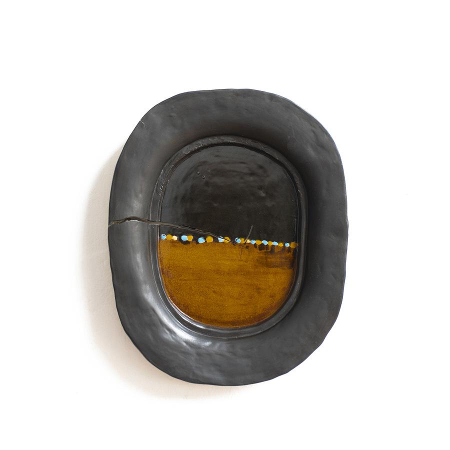 CJ Chueca, Los días fugitivos V, 2019, esmalte sobre cerámica moldeada, 47 x 39 cm. Cortesía: Galería Vigil Gonzáles, Lima