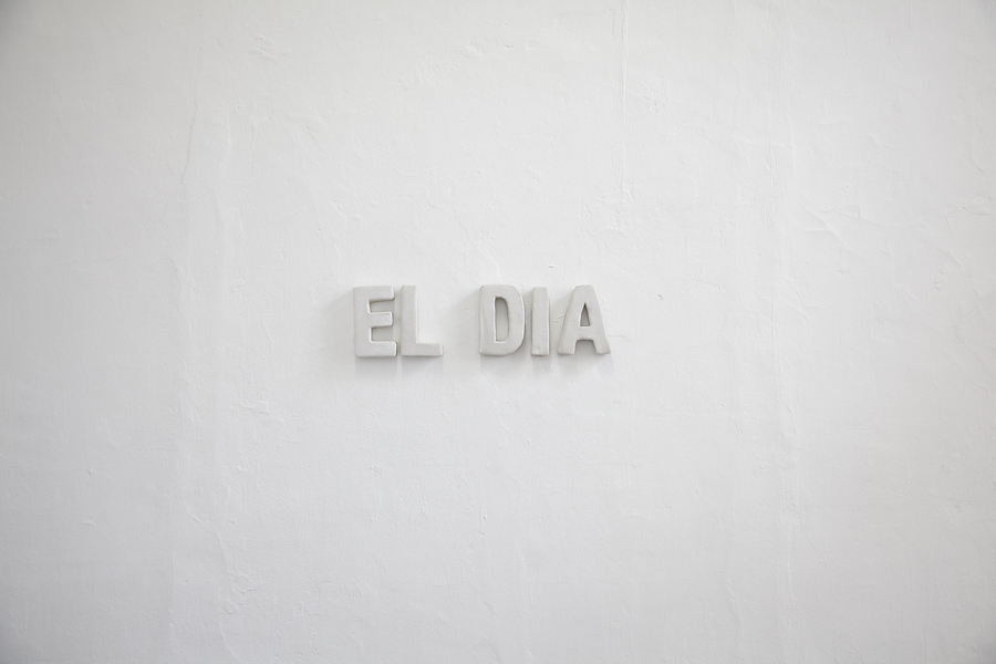 CJ Chueca, El día, 2019, esmalte sobre cerámica moldeada, 14 x 50 cm. Cortesía: Galería Vigil Gonzáles, Lima