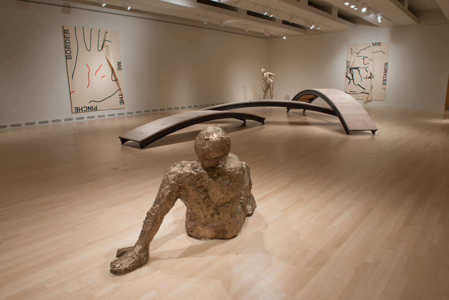 """Vista de la exposición """"Juntos Together: Iván Argote"""", en el Arizona State University Art Museum, 2019-2020. Foto: Craig Smith"""