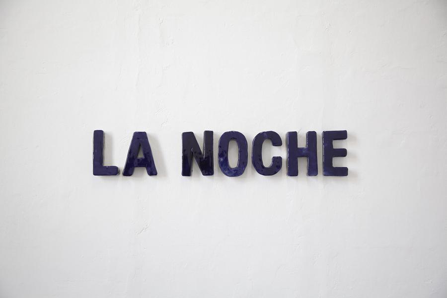 CJ Chueca, La noche, 2019, esmalte sobre cerámica moldeada, 14 x 77 cm. Cortesía: Galería Vigil Gonzáles, Lima