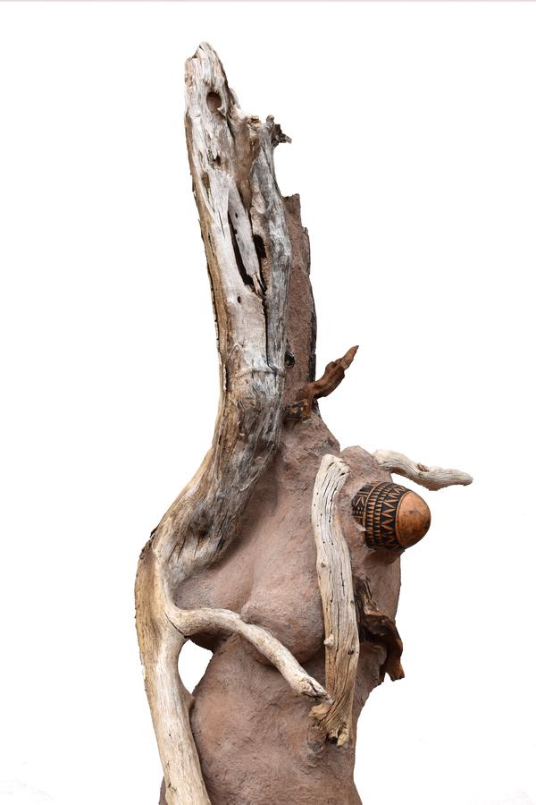 Wangechi Mutu, Sentinel I, 2018, 221 x 43.2 x 55.9 cm. Foto cortesía Whitney Museum.