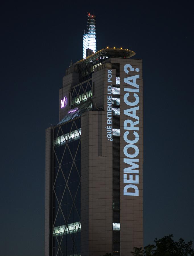 ¿Qué entiende Ud. por democracia?, intervención de Delight Lab en la Torre Telefónica, Providencia, Santiago de Chile, octubre de 2019. Foto: Gonzalo Donoso