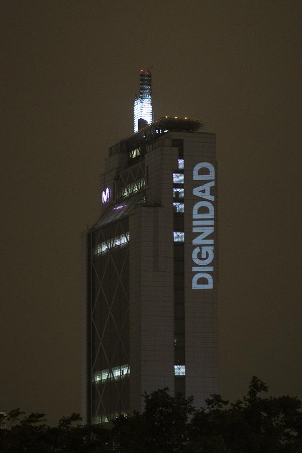 Dignidad, intervención de Delight Lab en la Torre Telefónica, Providencia, Santiago de Chile, octubre de 2019. Foto: Gonzalo Donoso