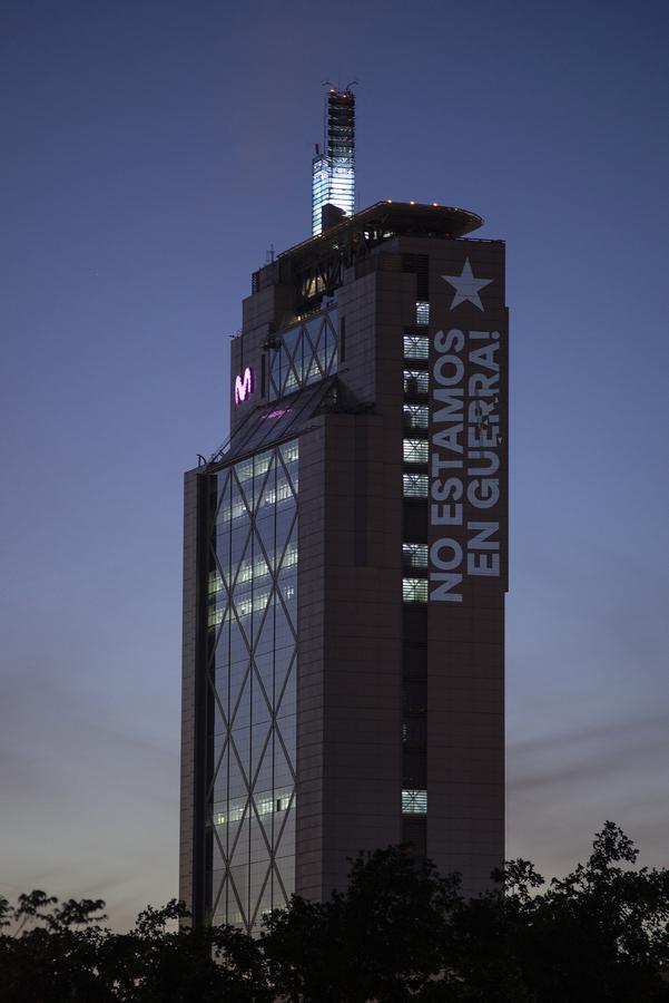 No estamos en guerra. Estamos unidos, intervención de Delight Lab en la Torre Telefónica, Providencia, Santiago de Chile, octubre de 2019. Foto: Gonzalo Donoso