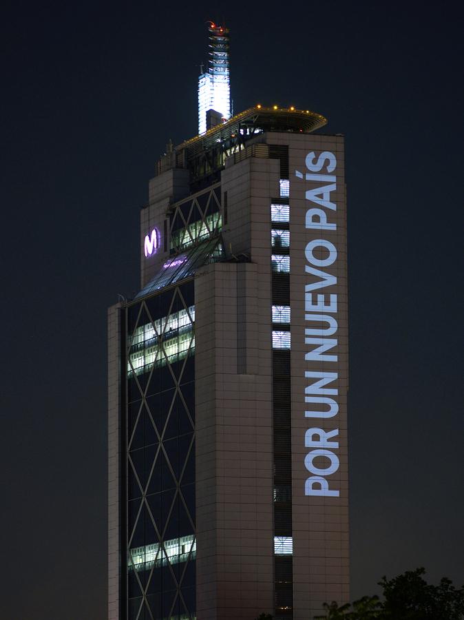 Por un nuevo país, intervención de Delight Lab en la Torre Telefónica, Providencia, Santiago de Chile, octubre de 2019. Foto: Gonzalo Donoso