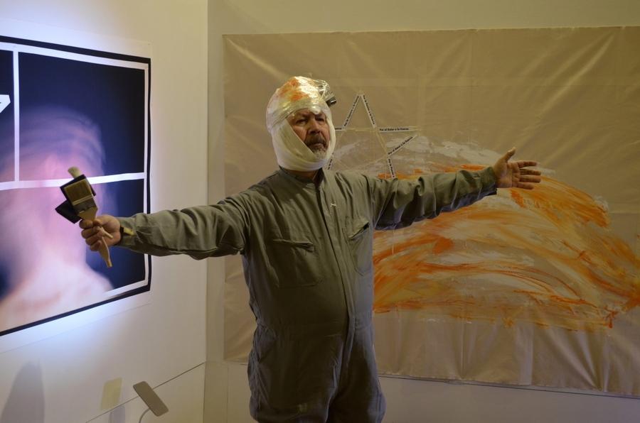 """""""Ella usó mi cabeza como un revólver"""", performance de Carlos Gallardo, en el Museo Genaro Pérez, Córdoba, Argentina, agosto de 2019. Foto: Max Olivares"""