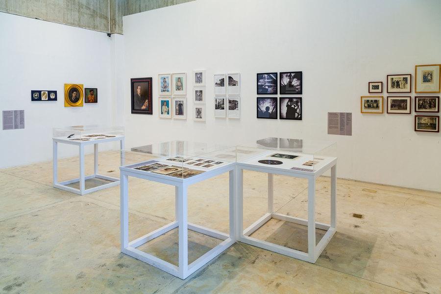 """Vista de la exposición """"Hacia una historia de la mirada. El retrato en la colección Archivo Fotografía Urbana"""", en la Sala Mendoza, Caracas, 2019. Foto: Ricardo Gómez-Pérez ©Sala Mendoza"""