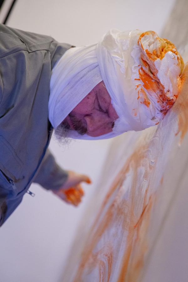 """""""Ella usó mi cabeza como un revólver"""", performance de Carlos Gallardo, en el Museo Genaro Pérez, Córdoba, Argentina, agosto de 2019. Foto: Adriana Ramírez"""