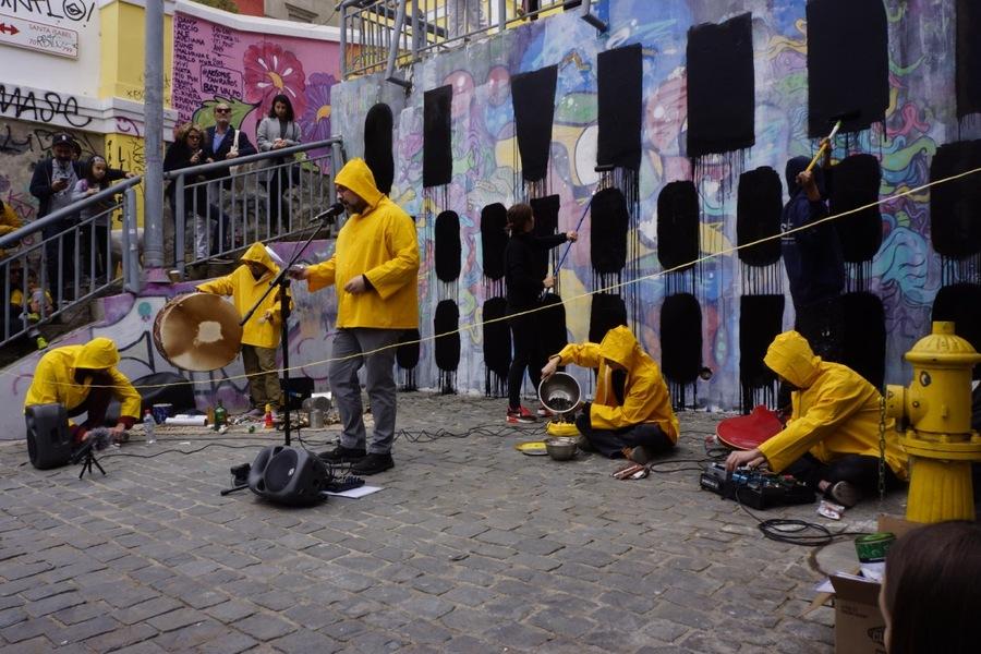"""Martín Gubbins, performance, 2019. Parte de la muestra """"Caminos Australes"""", Valparaíso, Chile, 2019. Cortesía: Isabel Rosas Contemporary"""
