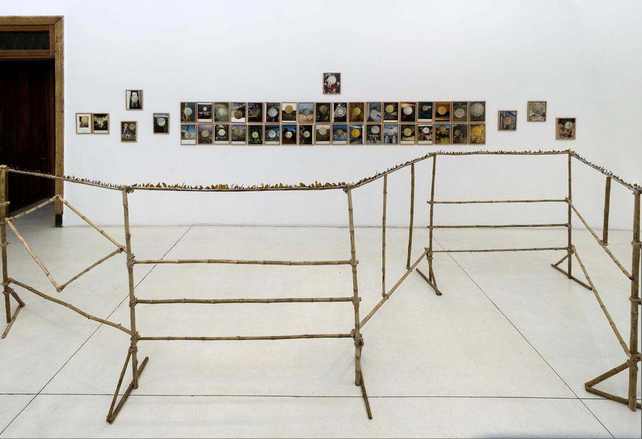 """Vista de la exposición """"Paquete Chileno"""", de Marco Montiel-Soto, en Die Ecke Arte Contemporáneo, Santiago de Chile, 2019. Foto: Álvaro Mardones"""