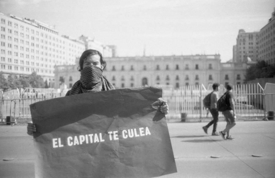 El capital te culea, 2019, de Teresa Margolles, en las calles de Santiago de Chile, durante las manifestaciones de oct-nov de 2019. Foto: Alfredo Vielma