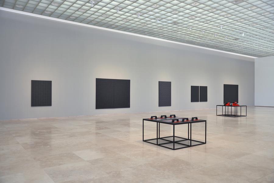 """Exposición """"El Ladrillo"""", de Patrick Hamilton, vista de la instalación en Galería Patricia Ready, Santiago de Chile, 2019"""